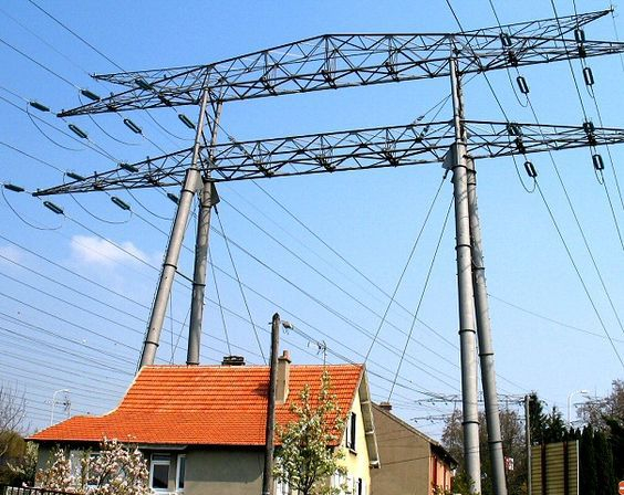 haute tension above houses